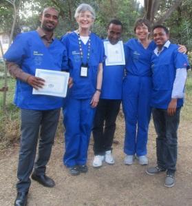 •Le Dr Karin Davies (deuxième à partir de la gauche) et le Dr Bromberger (deuxième à partir de la droite) avec des participants à la formation.